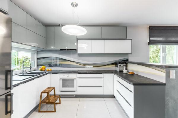 Cocinas grises con banco de madera