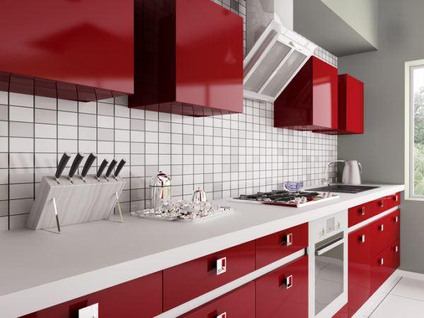 Cocinas grises con muebles colorados