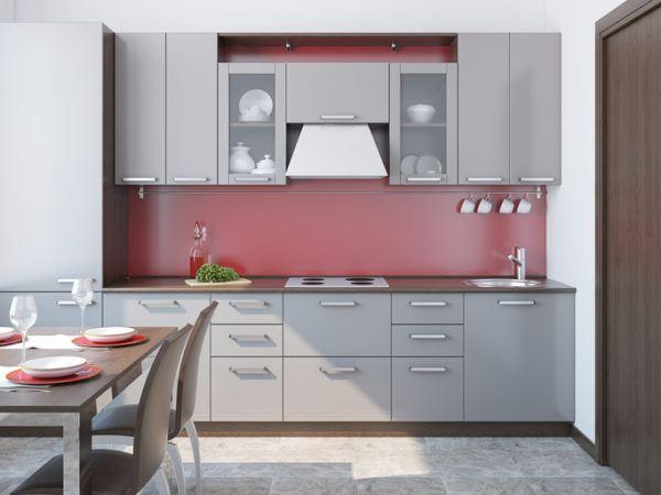 Cocinas grises y rojas