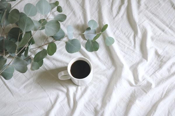 Taza de café en cama