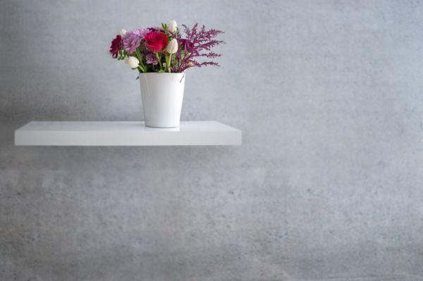 Anaquel con aguantes ocultos con flores